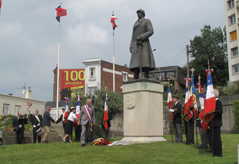 Traditionnel dépôt de gerbe, au pied du monument dédié au Roi Léopold  (Photo MHF)