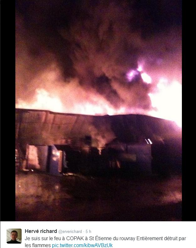 Hervé Richard (@erverichard), sapeurs-pompier professionnel, a posté les premières photos de l'incendie sur son compte Twitter (capture d'écran)