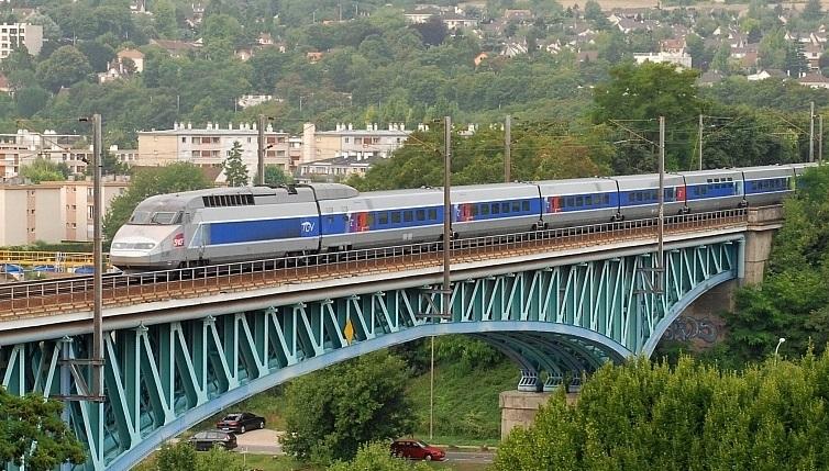 Les voyageurs du TGV Le Havre - Marseille évacués après une collision avec une voiture après Mantes-la-Jolie
