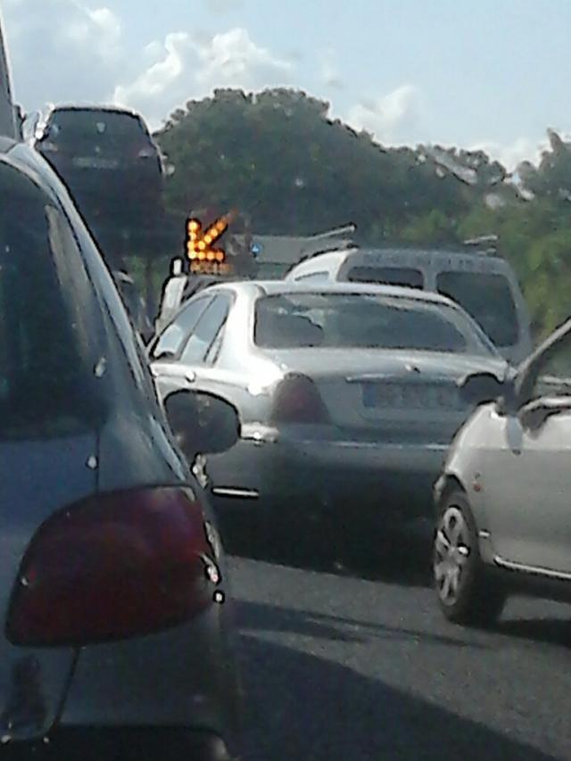La circulation est bloquée en amont de la collision (Photo DB)