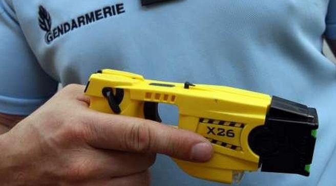 Le gendarme a dû faire usage de son pistolet à impulsion électrique (Taser) pour parvenir à maîtriser l'agresseur (Photo d'illustration)