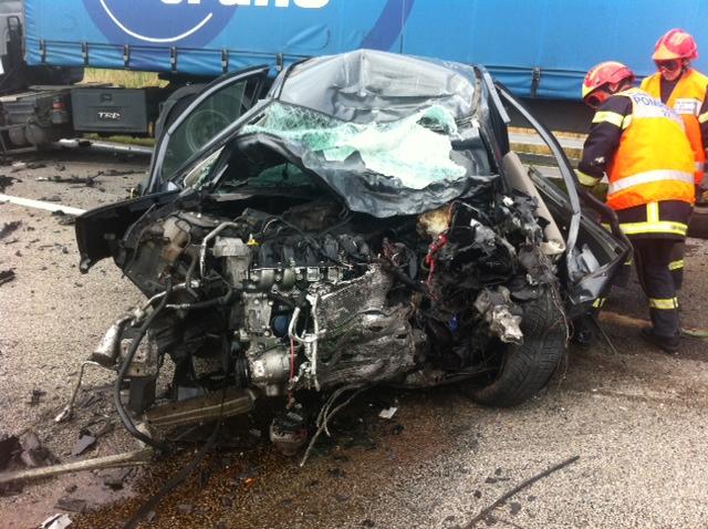 Les sapeurs-pompiers ont eu beaucoup de difficultés à extraire le corps du conducteur (Photos DR)