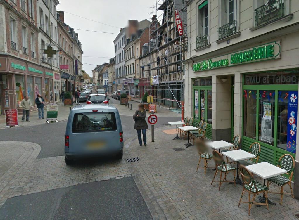 Les cambrioleurs sont parvenus à pénétrer par effraction dans le bar Le Commerce (ici à droite sur la photo) mais ont fait chou blanc à la pharmacie située de l'autre côté de la rue (@Google Maps)