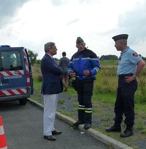 """Le préfet (ici avec le capitaine Joannès, commandant en second de l'EDSR) a demandé aux forces de l'ordre """"d'être particulièrement mobilisés et de faire acte de fermeté"""" à l'occasion du chassé-croisé de ce week-end"""