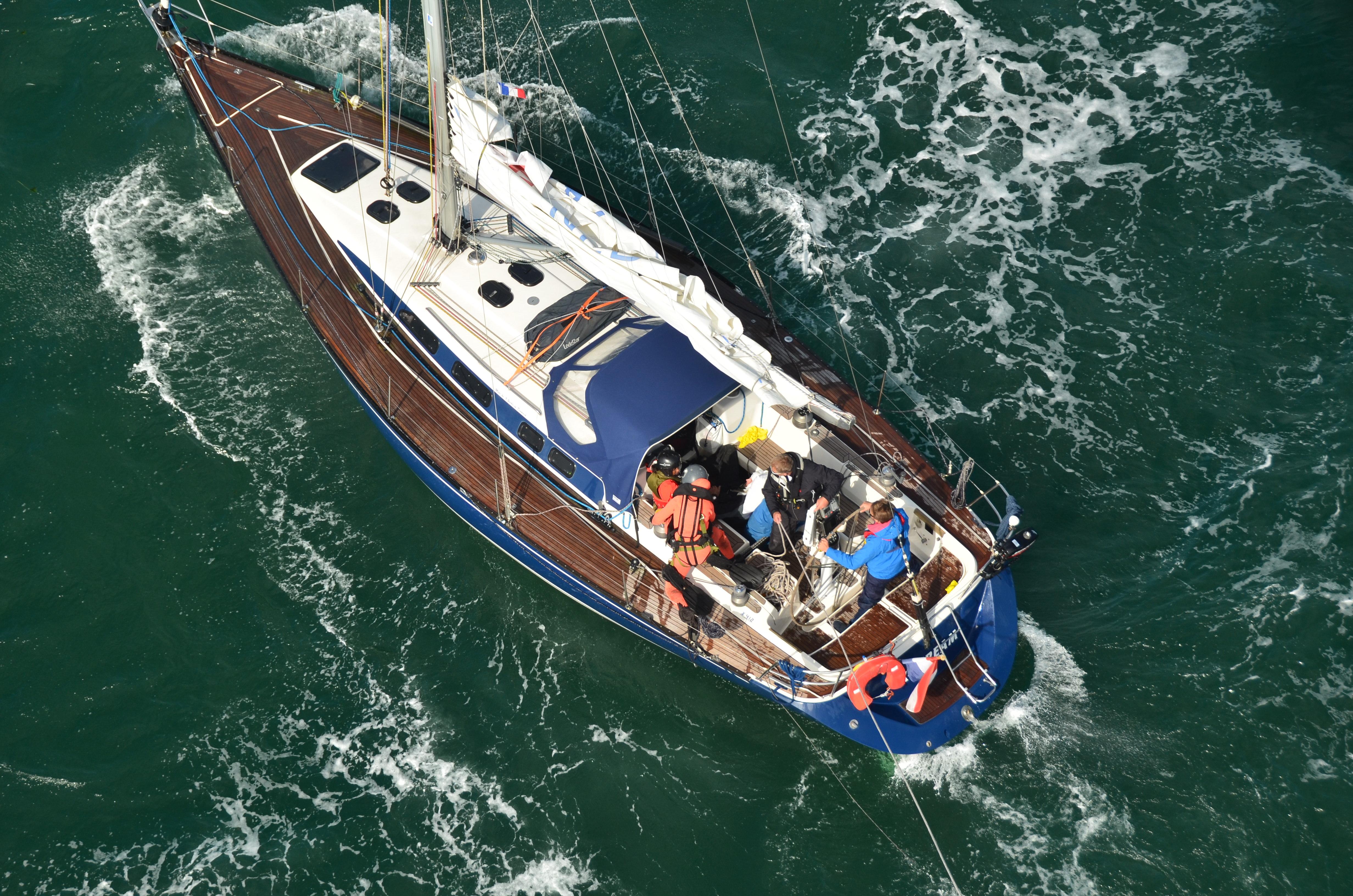 La victime se trouvait sur le X-Stream, au large de Barfleur. Il a été hélitreuillé à bord de l'appareil de la Marine pour être transporté au CHU de Caen (Photo de l'intervention des secours : Marine nationale)