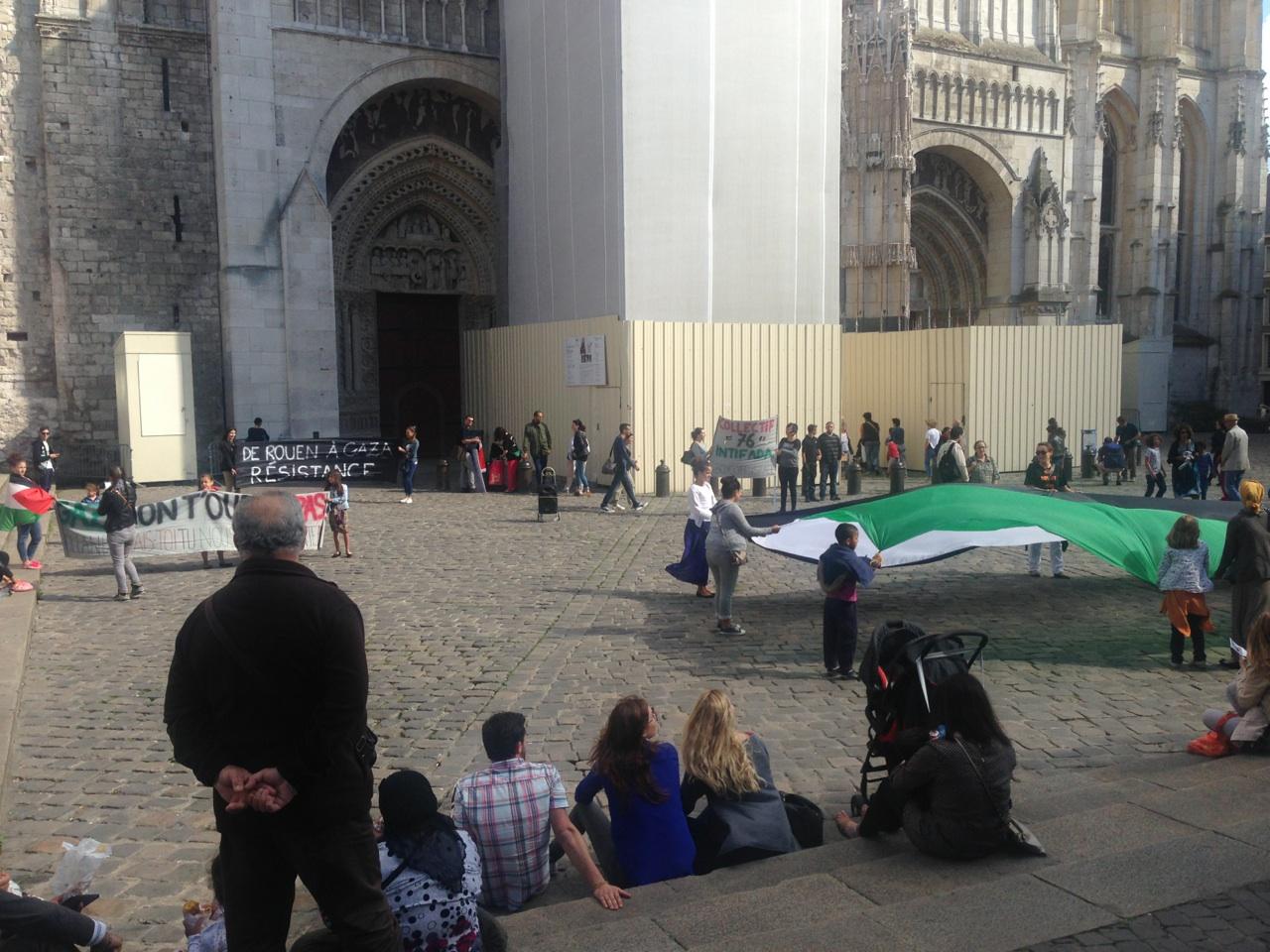 L'appel au soutien du peuple palestinien a rassemblé une quarantaine de personnes sur le parvis de la cathédrale