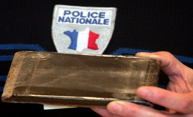Trois plaquettes de résine de cannabis ont été découvertes dans la voiture des suspects (Photo d'illustration)