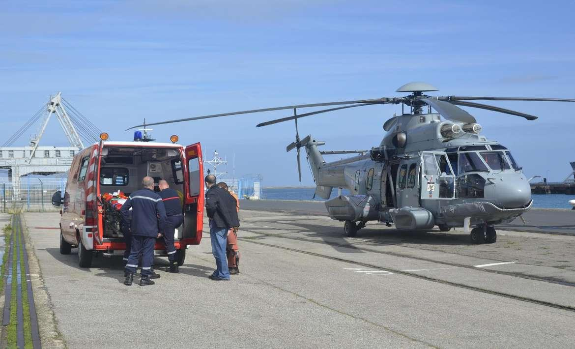Le marin-pêcheur dieppois a été hélitreuillé à bord de l'hélicoptère de la Marine nationale avant d'être pris en charge par l'ambulance des pompiers sur le port de Cherbourg (Photo d'illustration/Marine nationale)
