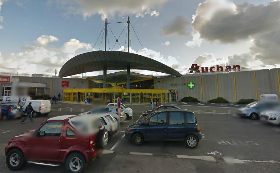 Le corps sans vie du SDF a été retrouvé dans une voiture garée sur le parking du centre commercial du Belvédère, à Dieppe (@Google Maps)
