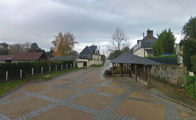 Le motard qui avait des attaches au Gros-Theil connaissait bien cette route où il a trouvé la mort dimanche soir après avoir percuté violemment cet abri bus (@Google Maps)
