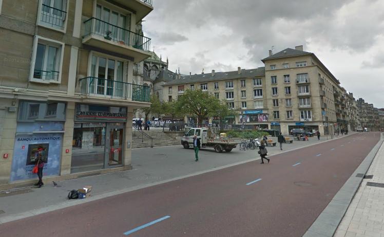 Les policiers ont pu établir que l'agression s'est déroulée à proximité d'un distributeur de billets rue du Général Leclerc, au niveau de la place de la Calende (@Google Maps)