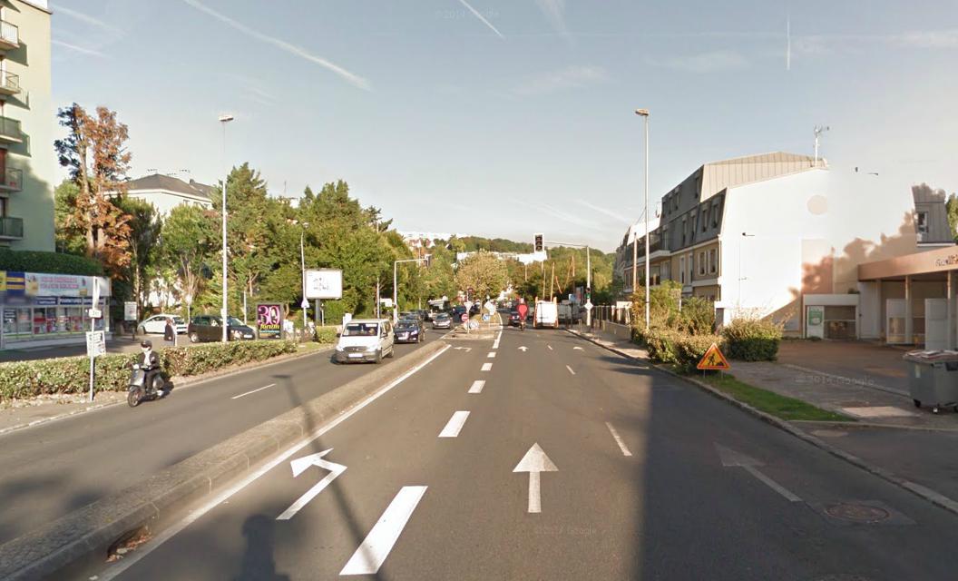 Le piéton traversait l'avenue Simon Vouet (ex-RN13), une voie de Port-Marly très fréquentée aux heures de pointe, lorsqu'il a été percuté par une camionnette (@Google Maps)