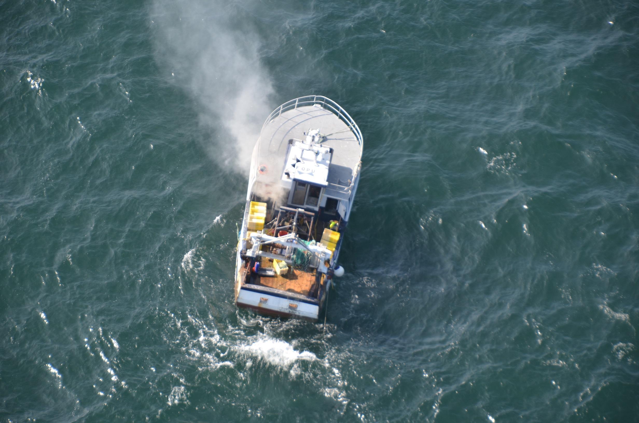 Un incendie, dont l'origine est ignorée, s'est déclaré à bord du chalutier qui se trouvait au large de Port-en-Bessin (Photos Marine nationale)