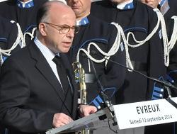 """Le ministre de l'Intérieur devant le cercueil de Sandrine Mortas : """"soyez fiers d'elle"""""""