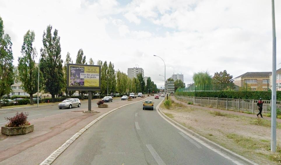L'accident s'est produit sur l'avenue Paul-Raoult. La 207 a percuté un poteau et un bac à fleurs en béton (@Google Maps)