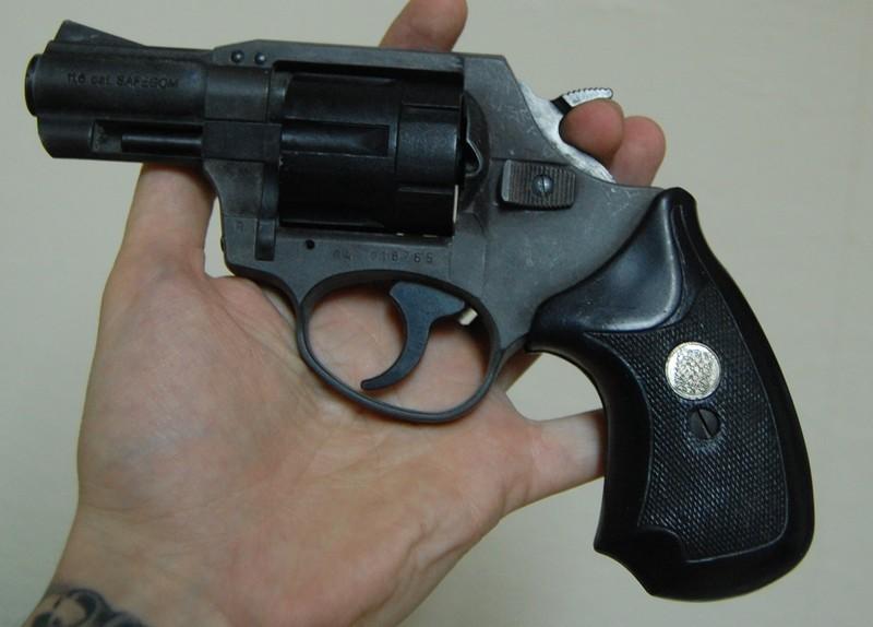 Il existe plusieurs modèle de gomme cogne. La détention d'une telle arme n'est pas interdite à condition d'en faire la déclaration à la préfecture (Photo d'illustration)