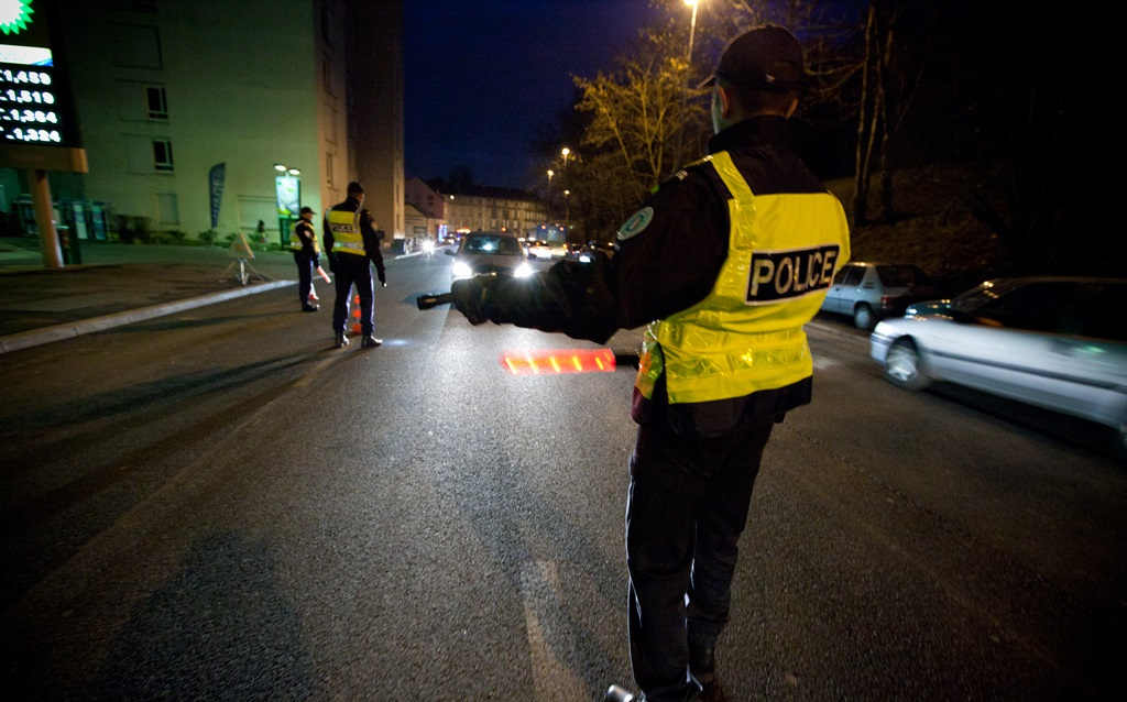 Les policiers ont dû se jeter sur le bas côté pour ne pas être percutés par le véhicule du fuyard qui aurait foncé délibérément sur eux (Photo d'illustration DGPN)
