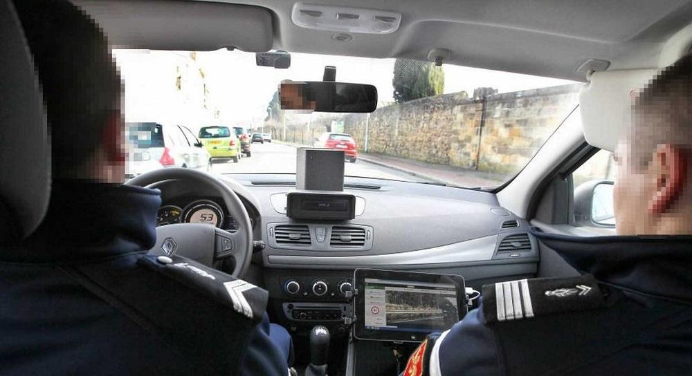 La particularité du radar mobile embarqué (ETM) est double. Il permet d'une part de contrôler la vitesse des véhicules croisés et de ceux qui le dépassent et d'autre part, d'effectuer le contrôle alors que le véhicule est lui-même inséré dans le flux de circulation