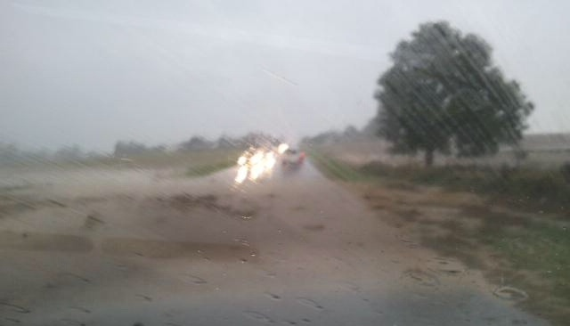 La route a été complètement submergée par les eaux (Photo envoyée par un lecteur)