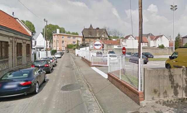La Peugeot incendiée était stationnée rue Théophile Meunier, à hauteur de l'entrée du magasin Darty @Google Maps