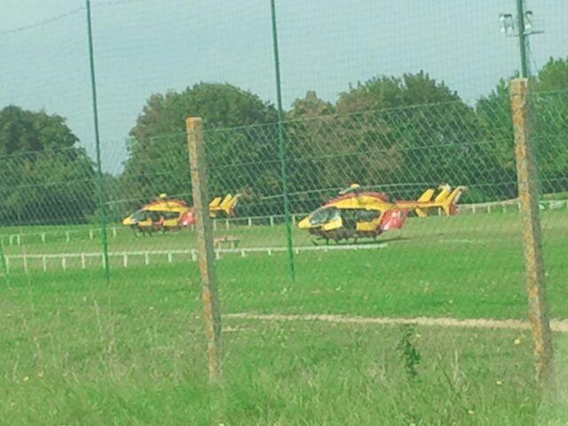 Les deux hélicoptère de la sécurité civile se sont posés sur le stade de Buchelay (Photo C.L. @infonormandie)