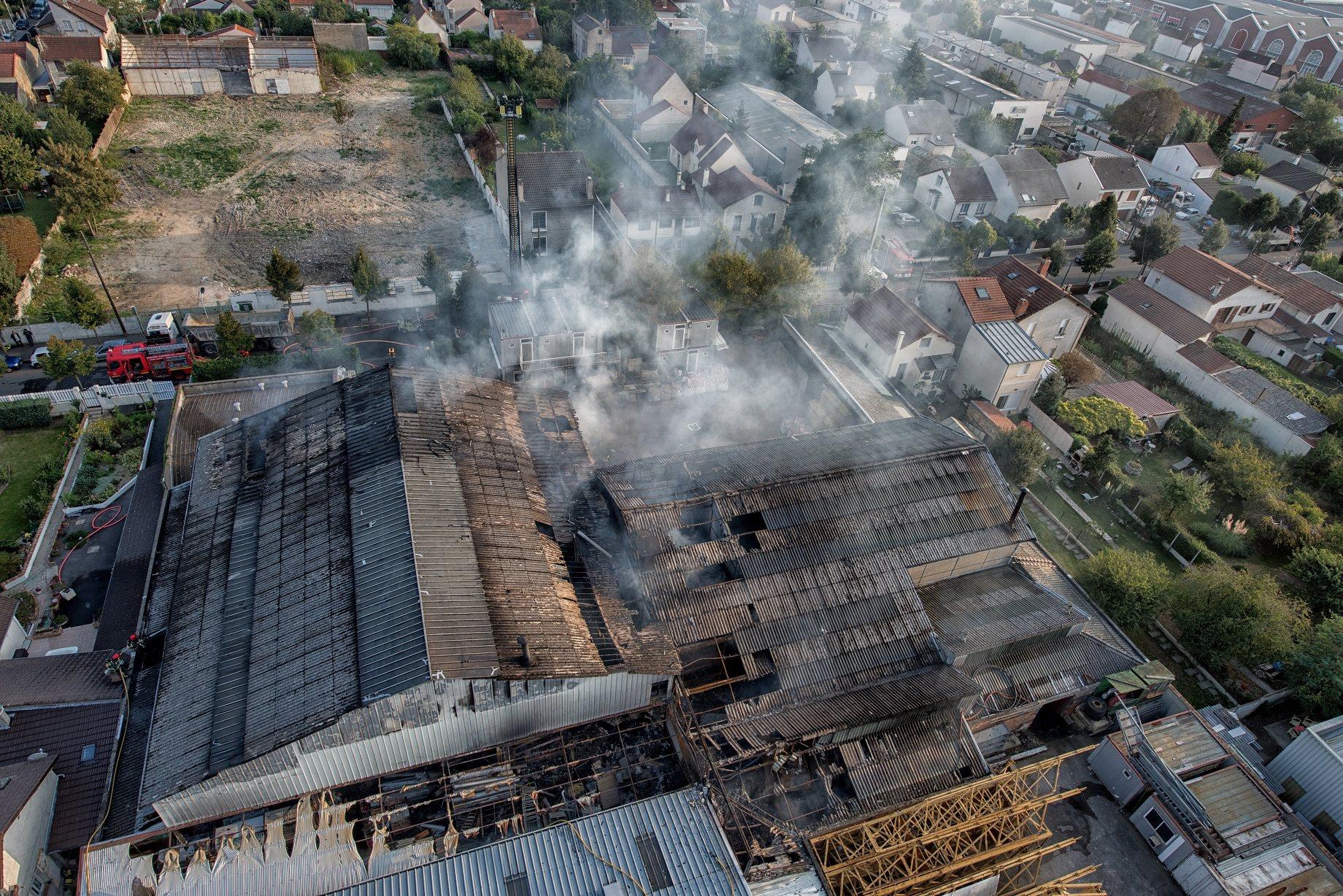 Le feu a fortement endommagé le bâtiment qui abritait les deux cuves de fuel. Une soixantaine de pompiers des Yvelines et du Val d'Oise ont été mobilisés au plus fort de l'incendie (Crédit photo : Sdis78)