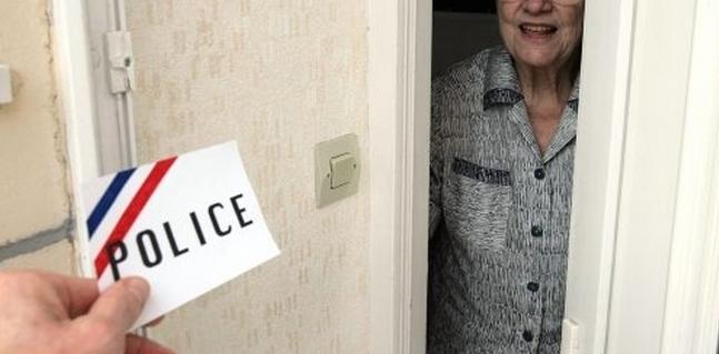 Les services de police conseillent aux personnes âgées de ne pas ouvrir leur porte à des inconnus. En cas de doute, ne pas hésiter à composer le 17 (Photo d'illustration)