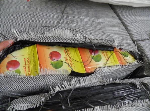 Les cartons contenant les pots de tabac étaent dissimulés sous des bâches en plastique (Photo : Douane)