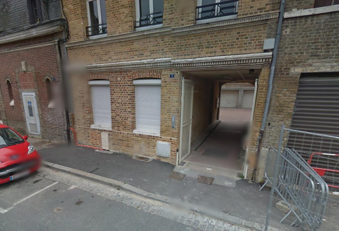 Le feu s'est déclaré dans un appartement du rez-de chaussée de cet immeuble. Le locataire, âgé de 60 ans, a expliqué s'être endormi avec une cigarette