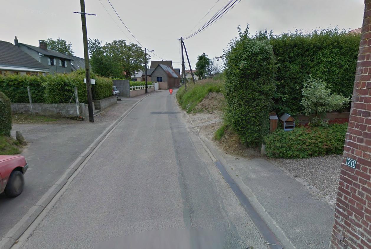 L'enfant a été découvert inconscient à c$ôté de son vélo à hauteur du n°72 de la rue du Fresne, dans le bourg de Saint-Pierre-en-Val (Photo d'illustration @Google Maps)