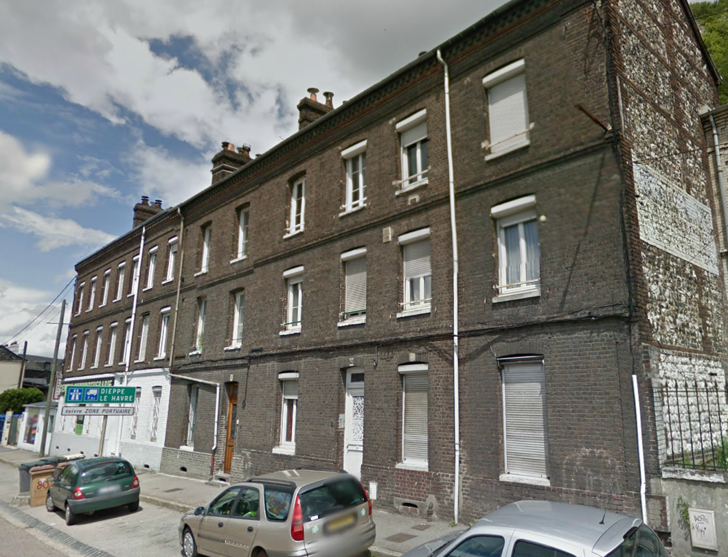 La fillette d'à peine 4 ans a été découverte près du corps de sa mère décédée au deuxième étage de cet immeuble de la route de Bonsecours à Rouen