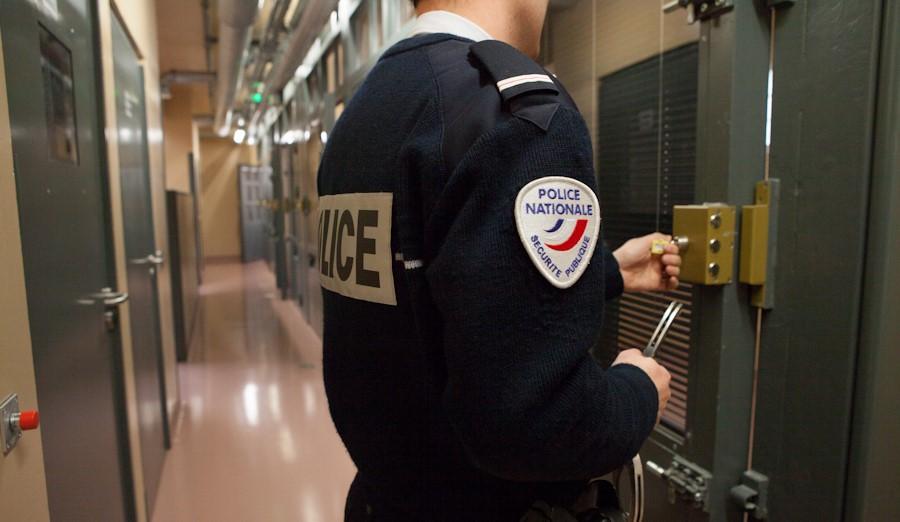 Le chauffard a été placé en garde à vue après un passage par la cellule de dégrisement (illustration @DGPN)