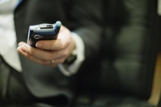 Scène surréaliste d'une femme qui mord la main de sa victime pour lui voler son téléphone portable (Photo d'illustration)