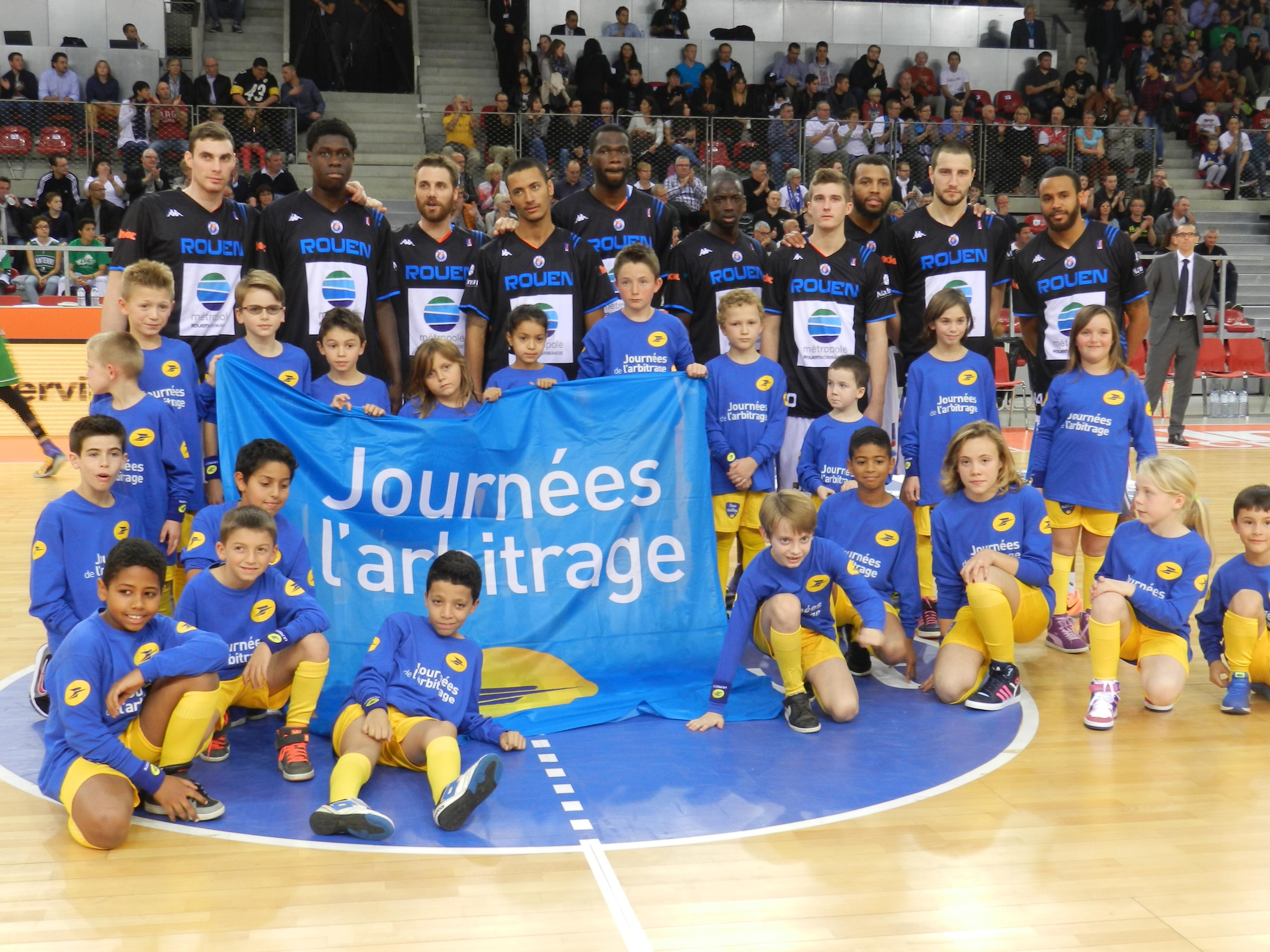 Les enfants de postiers avec des joueurs du SPO Rouen avant le coup d'envoi (Photo La Poste)