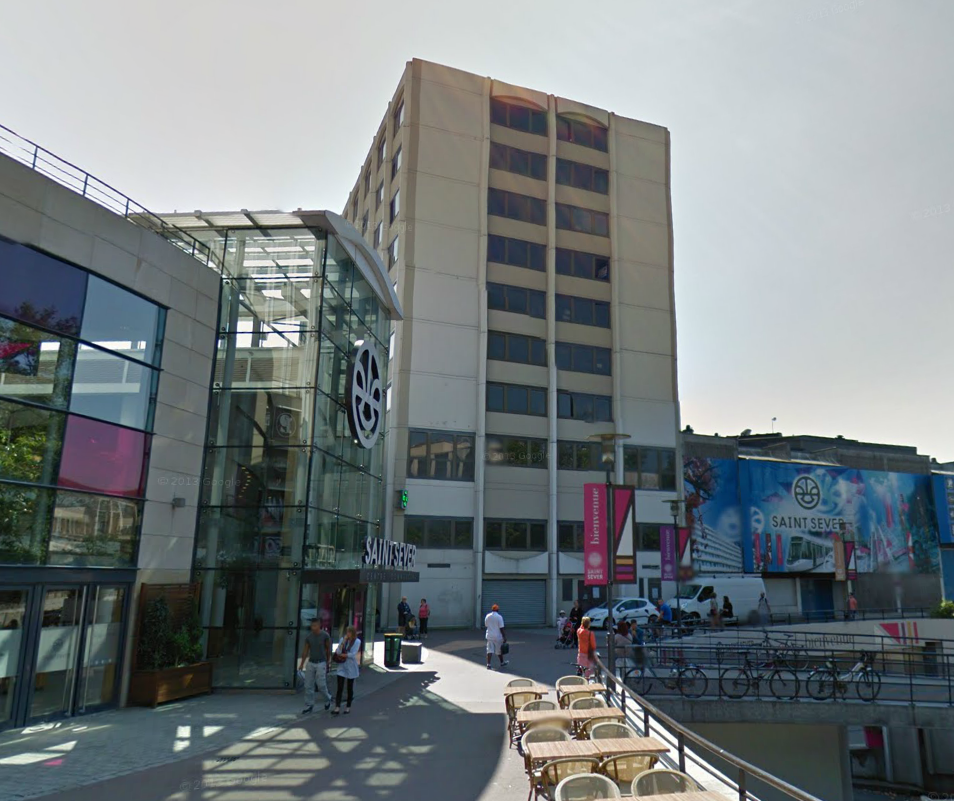 L'immeuble Montmorency qui abrite les bureaux de l'agence nationale de l'accueil des étrangers, attenant au centre commercial Saint-Server, est acutuellement confiné dans l'attente du résultat des analyses