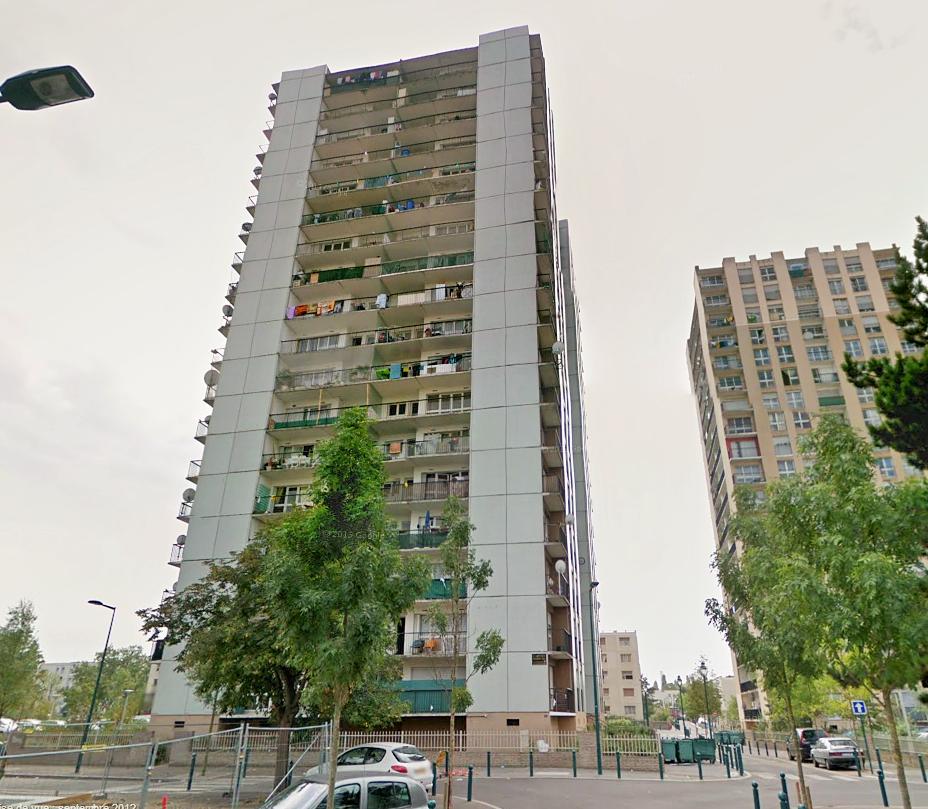 Le cabinet médical situé au rez-de-chaussée de cette tour de 17 étages, a été évacué par sécurité après l'incendie de trois caves ce lundi après-midi