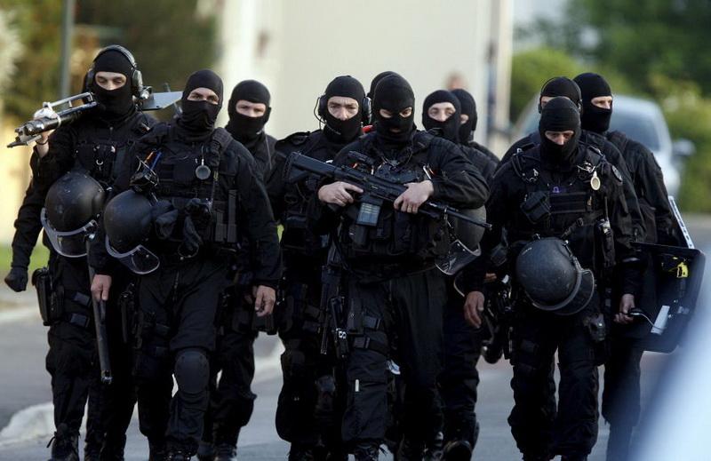 Les hommes du Raid, l'unité d'élite de la police nationale, n'ont pas eu à intervenir dans la maison : le forcené s'est rendu sans opposer de résistance au bout de longues négociations (Photo d'illustration)