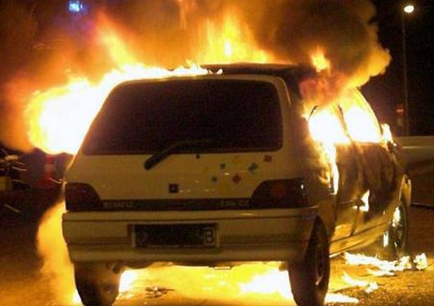 Les trois véhicules incendiés ont été totalement détruits (Photo d'illustration)
