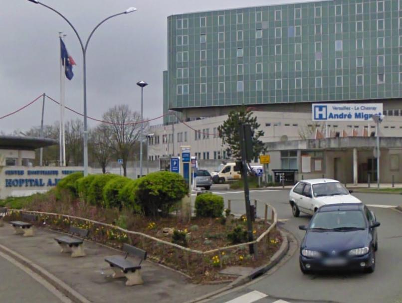 Pas de chance : l'ambulancier a grillé le feu rouge au moment où le véhicule de police sortait du centre hospitalier André Mignot (Photo d'illustration)