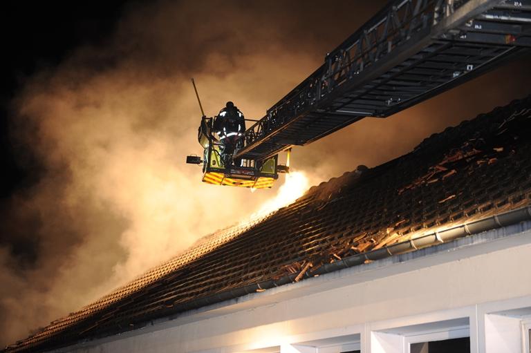 Les pompiers ont déployé d'importants mouyens pour venir à bout du feu (Photos : E . Faller/SDIS78)