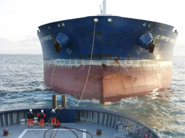 Le pétrolier est acutellement remorqué par l'Abeille Liberté vers le port du Havre où il est attendu vers 18 heures (Photo Prémar)