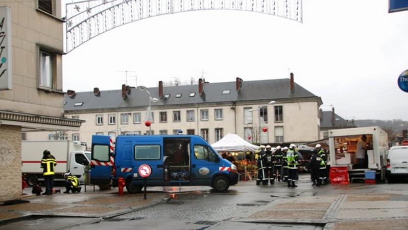 Un périmière de sécurité a été mis en place et plusieurs commerces et appartements de la place de la Halle aux Drapiers ont été évacués (Photo Céline Jégu)