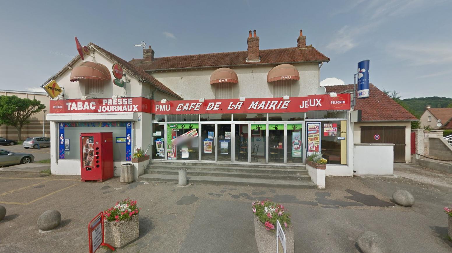 Le bar-tabac-presse est situé devant la mairie, rue Saint Fiacre. La gérante ouvrait son établissement lorsque les malfaiteurs ont fait irruption, (Photo @Google Maps)