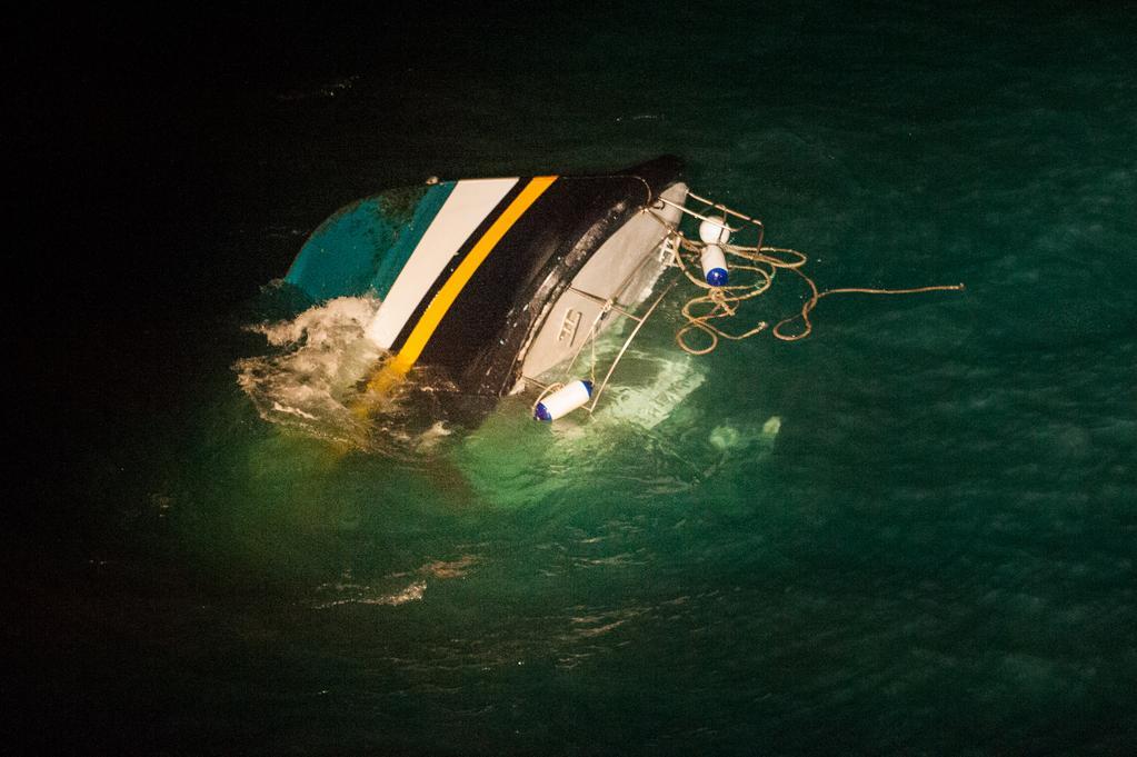 L'épave du navire de pêche a été immergée en attendant d'être relevée dès que les conditions le permettront (Photo S. Richard/Marine nationale)