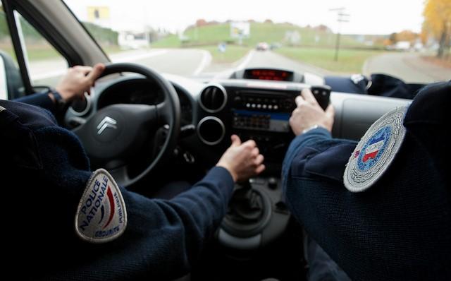 Le sexagénaire, assis à l'arrière droit du véhicule de police, a réussi à donner des coups de pied au conducteur ! (Photo d'illustration @DGPN)