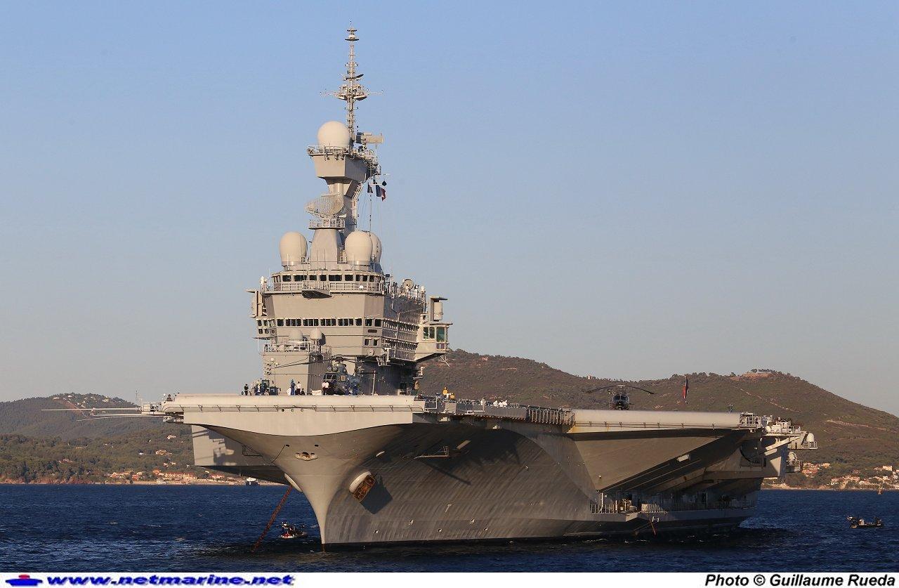 Le porte-avions Charles de Gaulle à la revue navale de Toulon, le 15 août 2014 (Photo@Guillaume Rueda / www.netmarine/net)