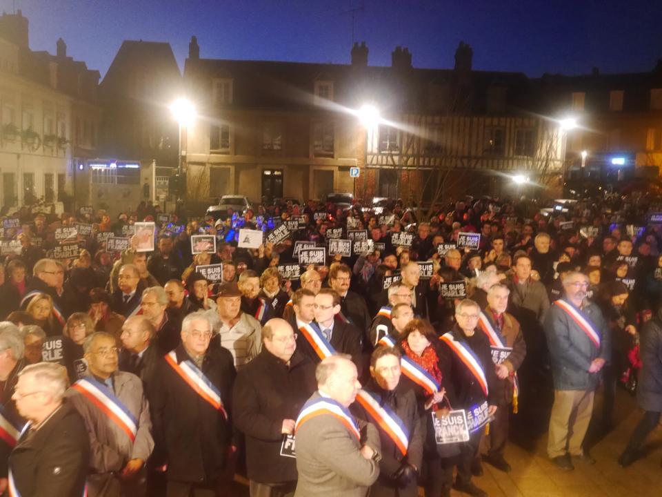Emotion, solennité et recueillement ce jeudi soir sur la place de la mairie de Bernay pour les victimes de l'attentat à Charlie Hebdo (Photo extraite de la page Facebook de Hervé Maurey)