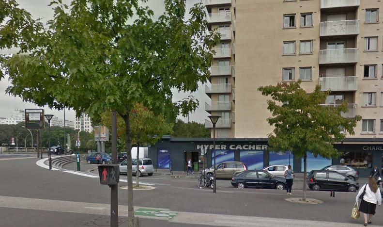 L'épicerie Hyper Cacher est située à l'angle de l'avenue du Cour de la Porte de Vincennnes et de la rue Albert Willemetz