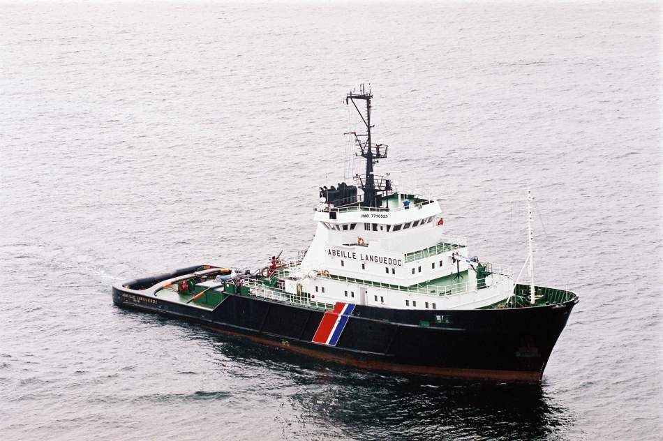 L'Abeille Languedoc a été dépêchée sur zone par la préfecture maritime afin de remorquer la barge citerne à la dérive, jusqu'au port de Dunkerque