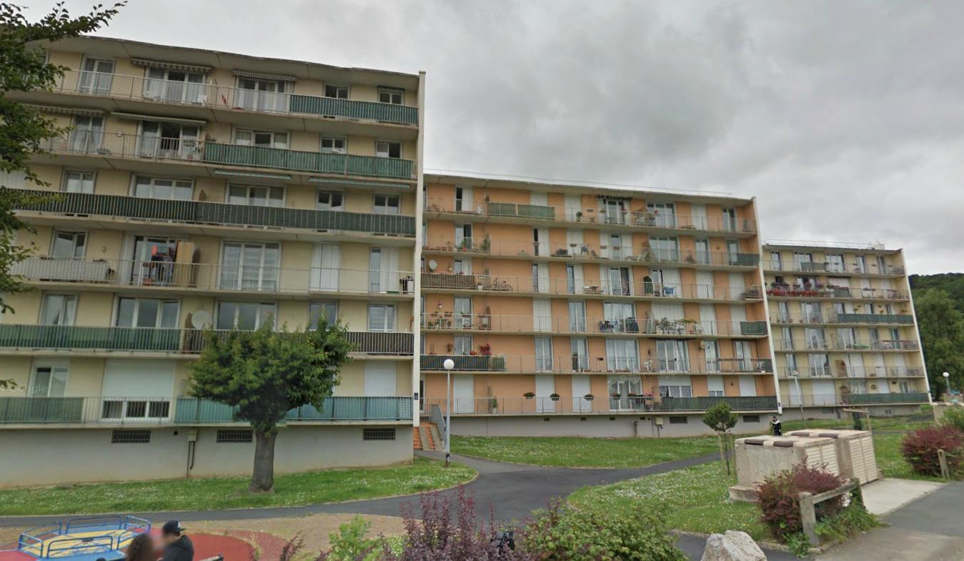 Le quinquagénaire a enjambé la fenêtre de son appartement au deuxième étage de cet immeuble et s'est jeté dans le vide (Photo d'illustration)